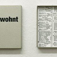 gewohnt, Graupappe beschriftet, Papier2009Ausstellung 'Kanalisierung' C15, Sammlung Ulla und Heinz Lohmann im Rahmen des Architektursommers 2009, Hamburg